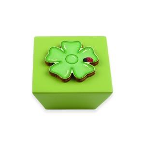 כפתור עץ מרובע ירוק+ פרח ירוק