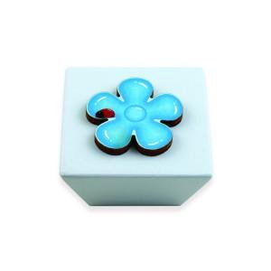כפתור עץ מרובע תכלת+ פרח כחול