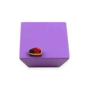 כפתור עץ מרובע סגול + חיפושית